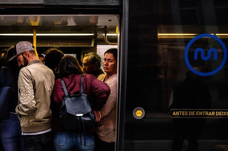 Lotação esgotada leva Metro a retirar bancos junto às portas das composições