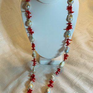Halsband av röd korall , barockpärlor samt små silverpärlor.
