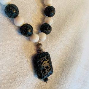 Halsband av vita agater o svarta lavastenar