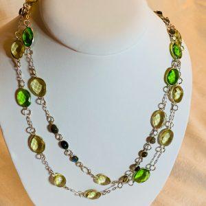 Halsband av silver o kristall