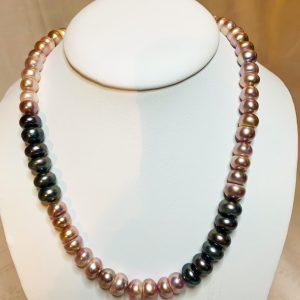 Pärlhalsband av platta odlade sötvattens pärlor nougat färgade o svarta
