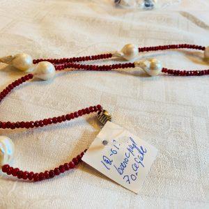 Halsband av små rubinröda agater och stora vita barockpärlor samt lås av silver