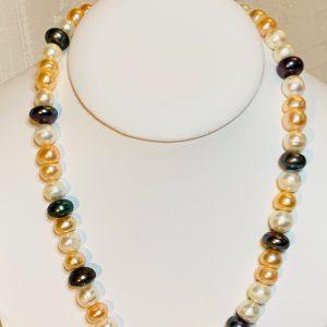 Halsband av platta odlade sötvattenspärlor med silverlås.