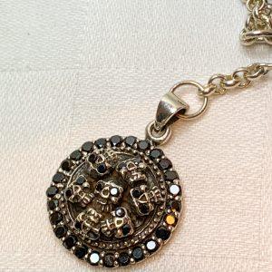 Handgjord silverkedja med svart onyx samt hänge med småskallar