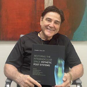 Tandläkare Douglas A. Terry med sin nya bok