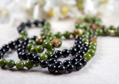 Mala med grøn jade, sort obsidian og rudraksha