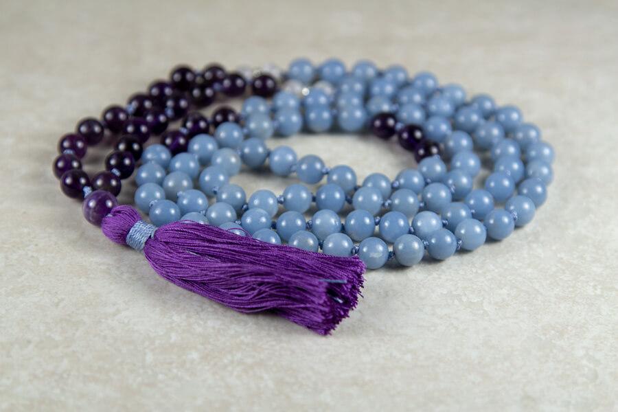 Personligt designet mala meditationskæde med blå angelit