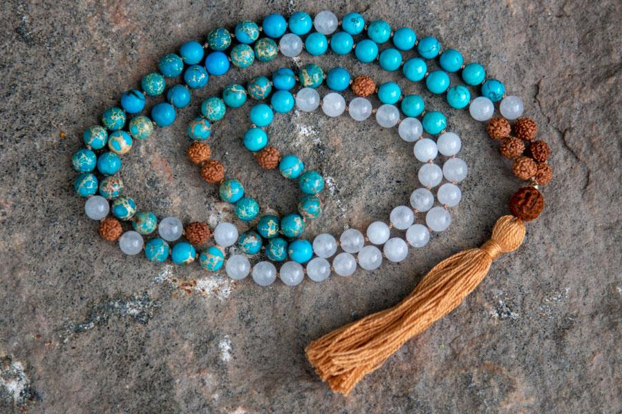 Mala med turkisblå jaspis, jade og rudraksha