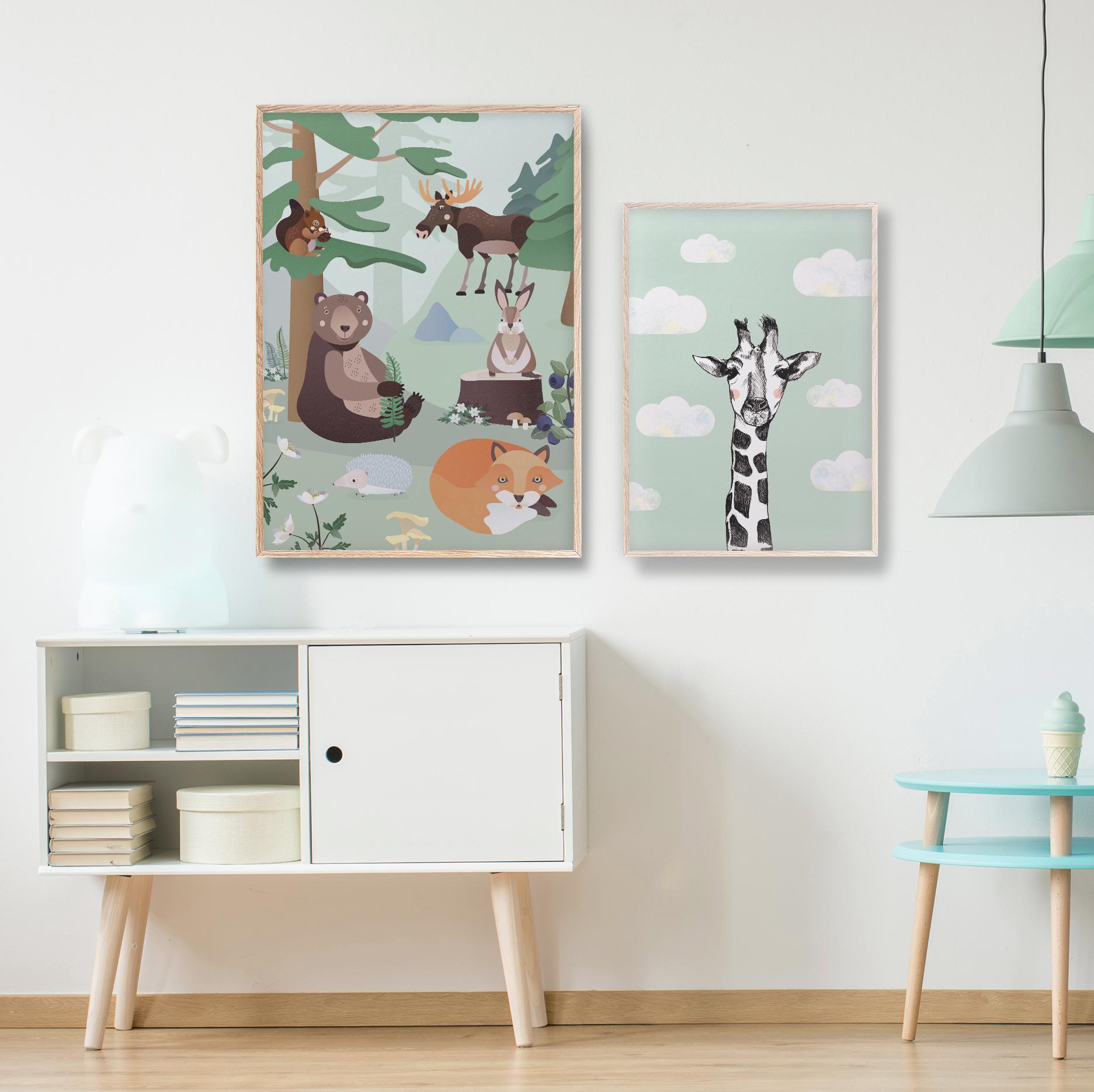 Barnerom | Skogsdyr plakat | Sjiraff plakat | Barnerom plakater interiør til veggen tilbehør | rammer | dyr | dyremotiv | bjørn | rev | pinnsvin | ekorn | elg | dåp | gavetips illustrasjon pastell Ohoi Studio