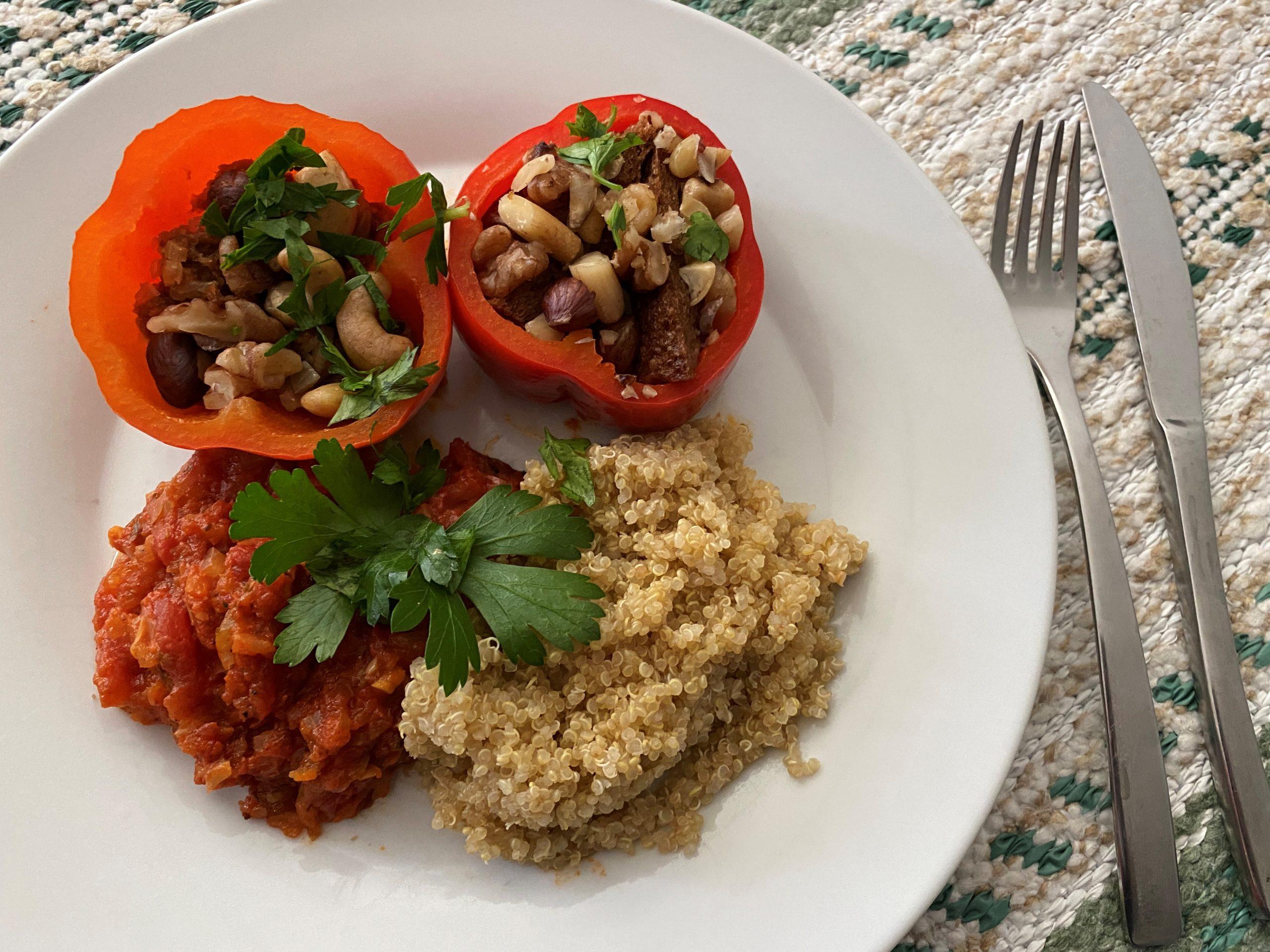Gevulde paprika's met noten en tomatensaus