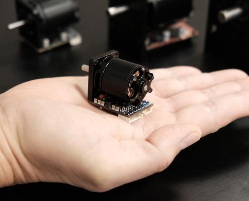image of a small black servo motor lonimover 4