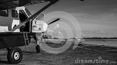propellermaschine-vor-einem-ufer-104881284