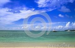zwei-motorisierten-boote-unter-dem-schönen-himmel-von-mauritius-115243029