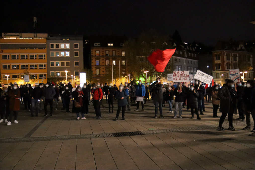 Kundgebung auf dem Marienplatz in Stuttgart gegen Corona-Ausgangssperren in Stuttgart und gegen Querdenken