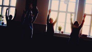 Grupp som praktiserar Kum Nye tibetansk yoga