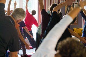 Praktik av Kum Nye Yoga på retreat