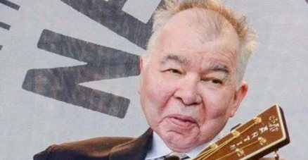 John Prine (10 October 1946-7 April 2020) was a folk singer-songwriter from the American country. Since the early 1970s until his death he was active as a composer, recording artist, and live performer, and was known for an often satirical style of original music with elements of protest and social commentary. Born and raised in Maywood, Illinois, at the age of 14 Prine learned how to play the guitar. He attended classes at Old Town School of Folk Music in Chicago. Since having worked with the US in West Germany Army, he returned to Chicago in the late 1960s where he worked as a mailman, first as a hobby writing and singing songs and then as a club singer.