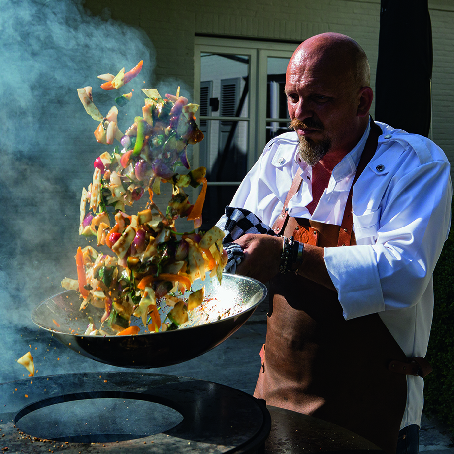 Meester Chef Guy Weyts schudt het eten op
