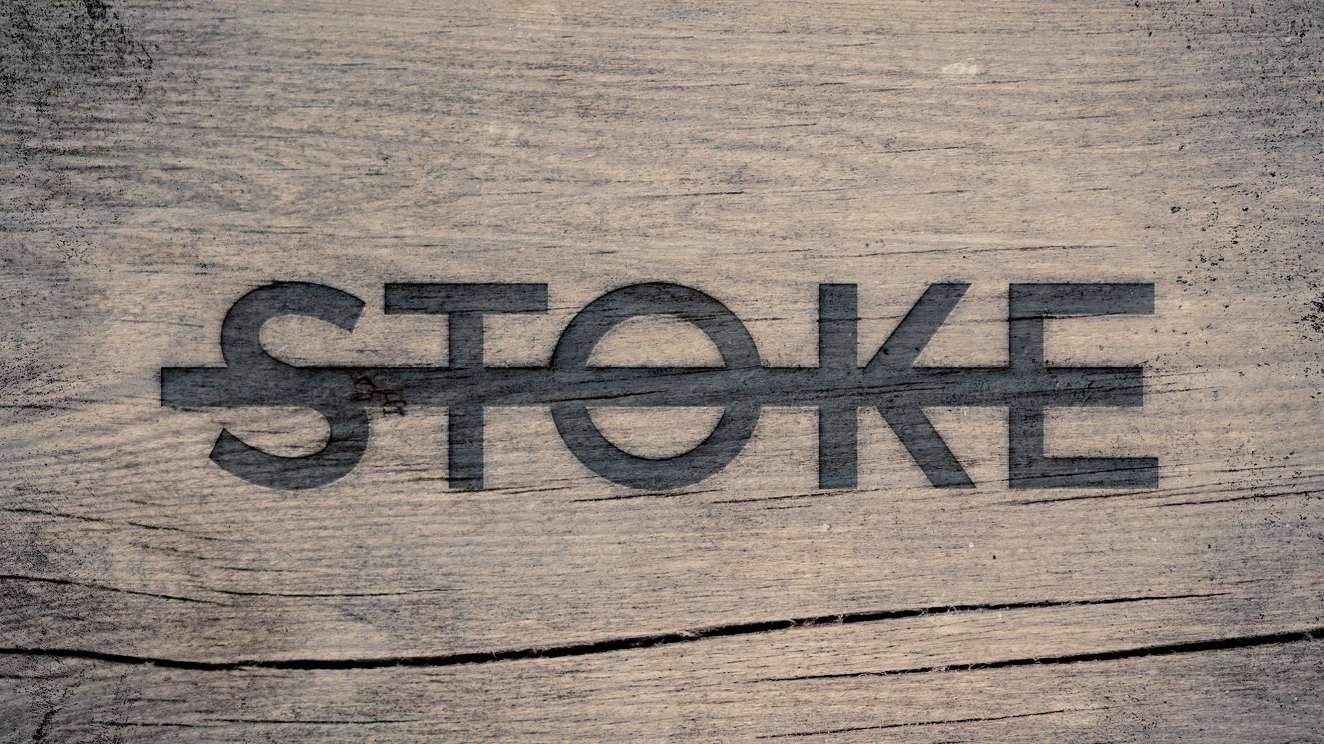 Logo van Stoke. Houten achtergrond met ingebrande tekst STOKE.
