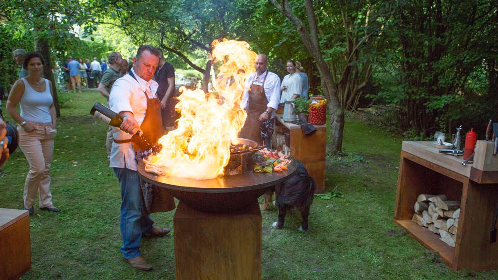 Onze Showcooks zijn het centrum van je feest met de OFYR barbecue en het open vuur
