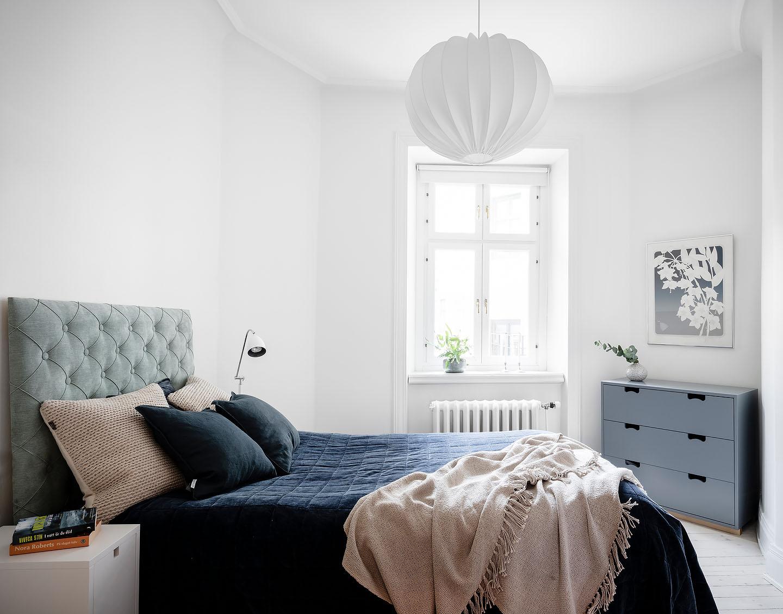 Sänggavel Thevenon, Bordslampa Belid, Watt&veke taklampa, byrå asplund, sängbord Mavis, textilier artwood