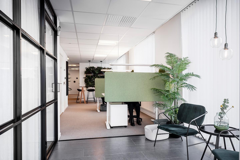 Bordsskärmar Lintex, Fåtöljer Housedoctor, Lampor Normann copenhagen, industriglas, sidobord Rowico,