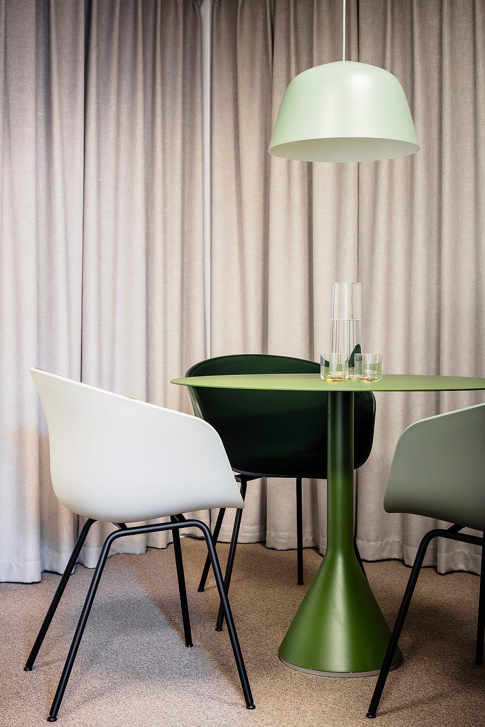 Stolar och lampa från Muuto, Textilier från Mimou, Bord från Hay, Studio A3