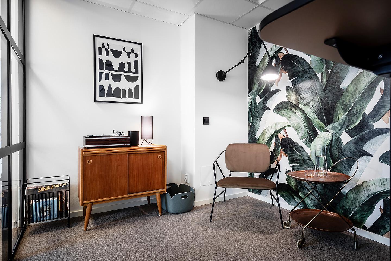 Mad men inspirerat kontor, Housedoctor fåtölj, Tavla från Desenio, Bordslampa från Gubi, Vägglampa från Byrydens, Tapet från Photowall.se, studio a3