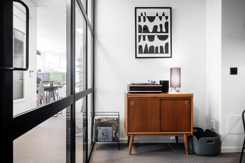 Bordslampa från Gubi, Poster från Desenio, Industriglas, Studio A3