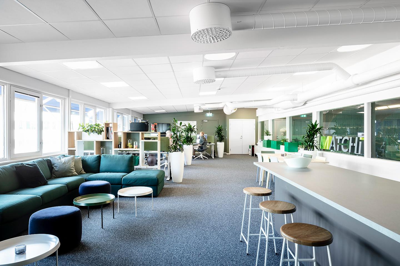 Soffa och puff från Ikea, Studio A3, Soffbord från Hay, Hylla Stacked från Muuto, Kruka Luwasa., bord från Ikea, Stolar från Hay, barstolar cornet hay, Studio A3
