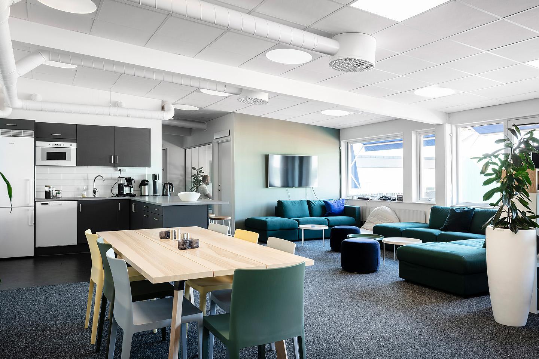 Soffa och puff från Ikea, Studio A3, Soffbord från Hay, Hylla Stacked från Muuto, Kruka Luwasa., bord från Ikea, Stolar från Hay