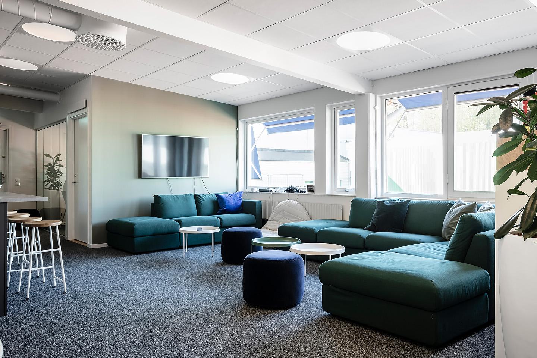 Soffa och puff från Ikea, Studio A3, Soffbord från Hay,