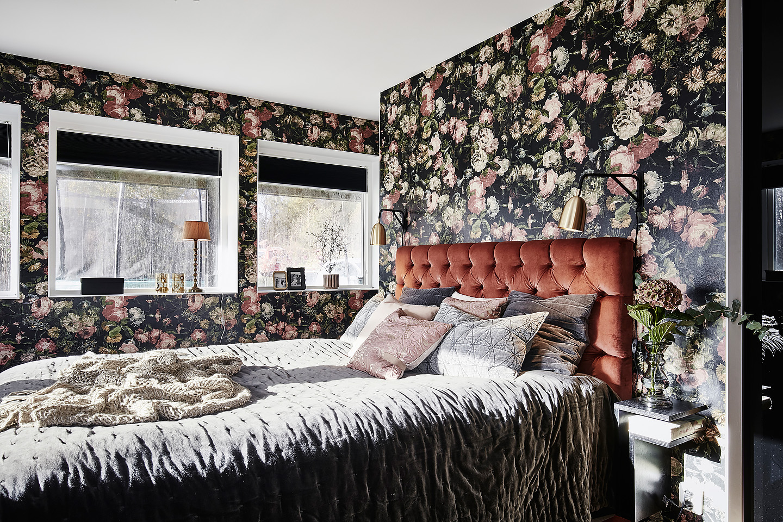 Sänggavel, rost, Maze F-shelf, mörkröda toner, Sammet, pikerad,Blommig tapet, House of dackney, midnight garden