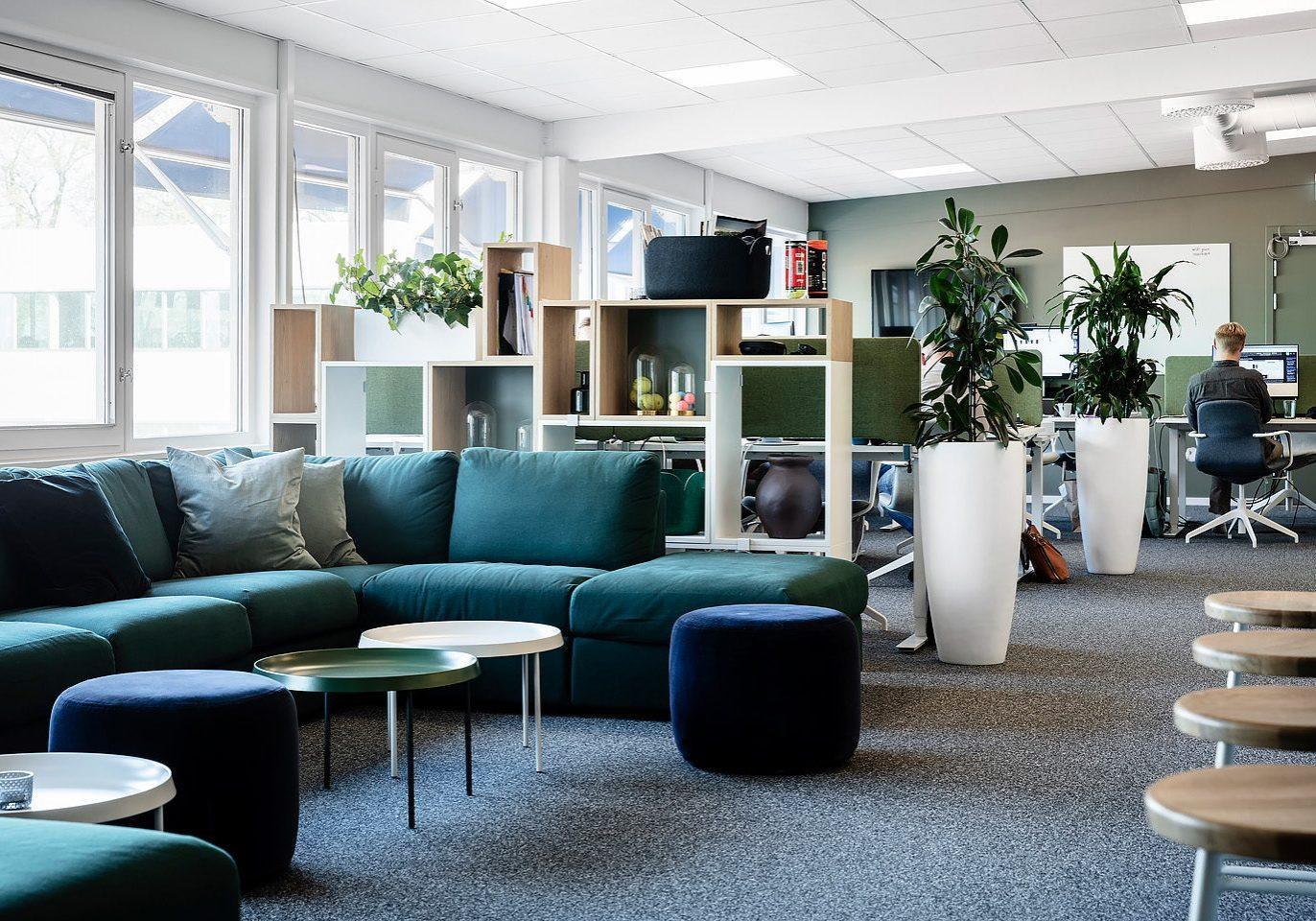 Soffa och puff från Ikea, Studio A3, Soffbord från Hay, Hylla Stacked från Muuto, Kruka Luwasa.