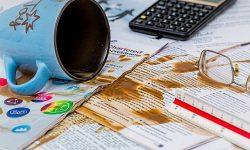 koffie gemorst over papieren