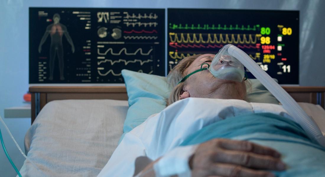Coronapatient i seng og respirator