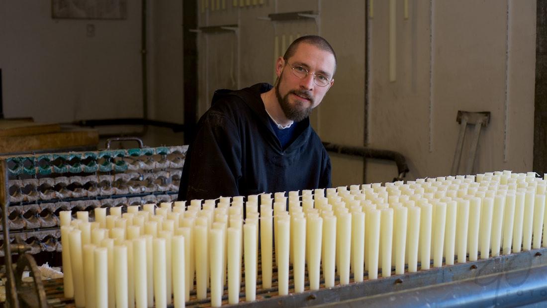 Broeder Michaël in de kaarsenmakerij