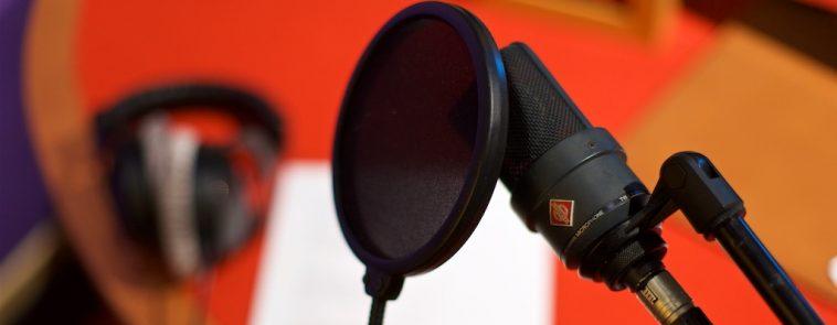 Microfoon voor rode achterwand