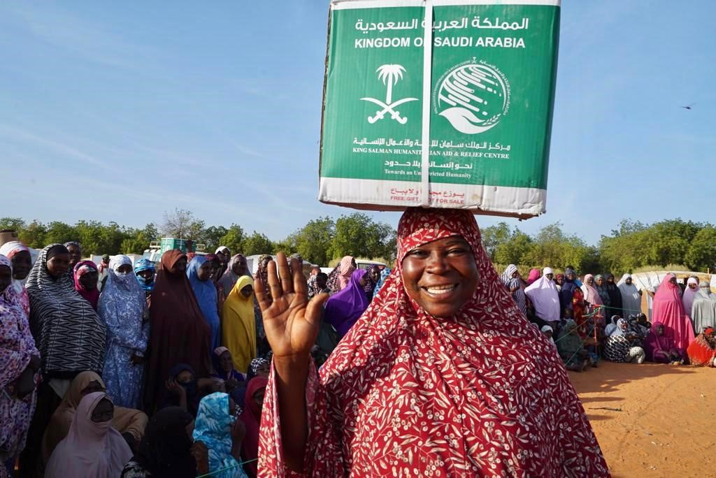KSrelief Team Distributes Food Aid to Niger Flood Victims