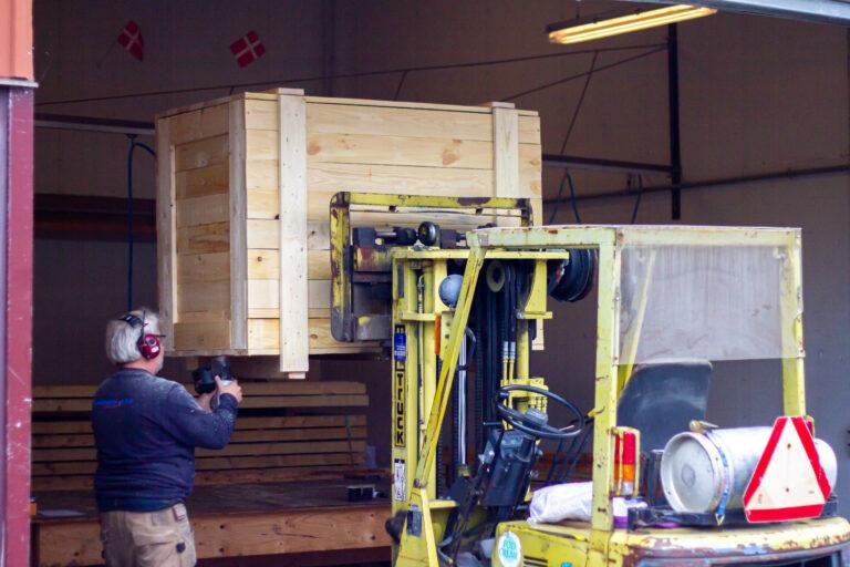 Tømre og snedker arbejder ved siden af en Mitsubishi Forklift Truck
