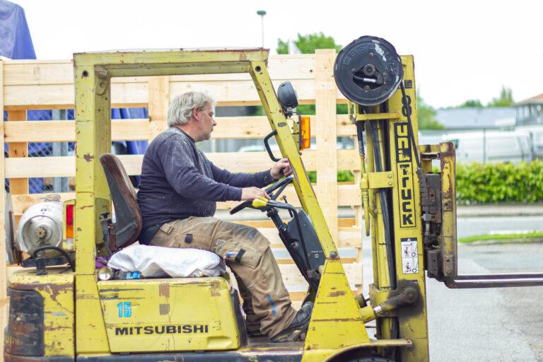 Tømre og snedker medarbejder køre Mitsubishi Forklift Truck