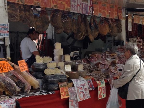 Markedsbod med røget skinker, pølser, oste mv.