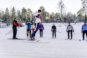 Längdskidor hoppar på skidor
