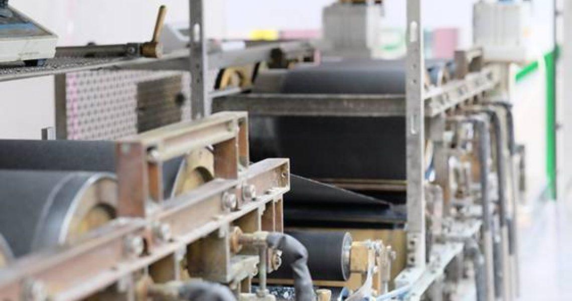 Bilden visar tillverkning av elektroniskt papper vid pilotpappermaskin
