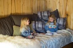 barn på tretopp hytte
