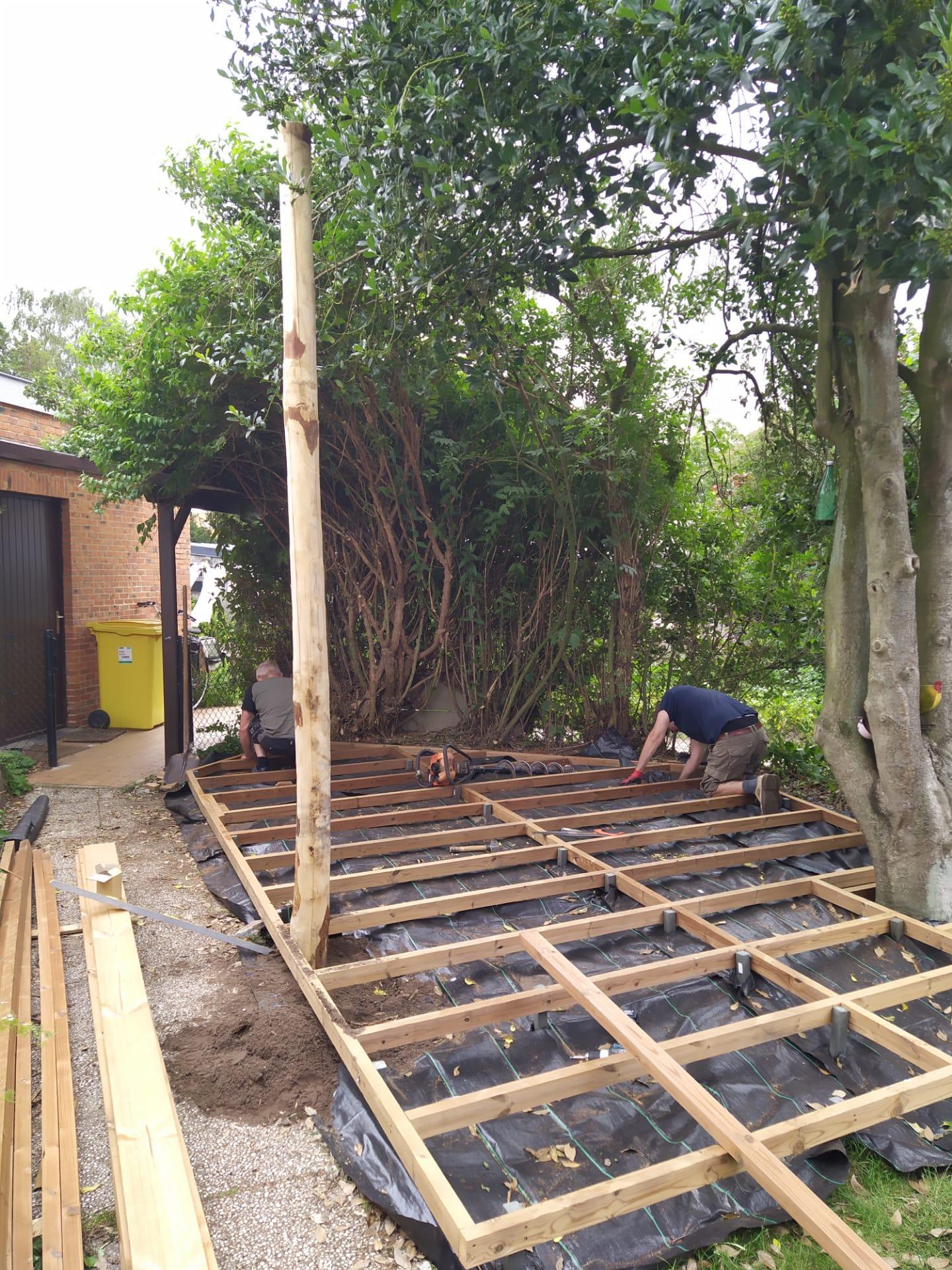 aanleg houten terras rond bomen