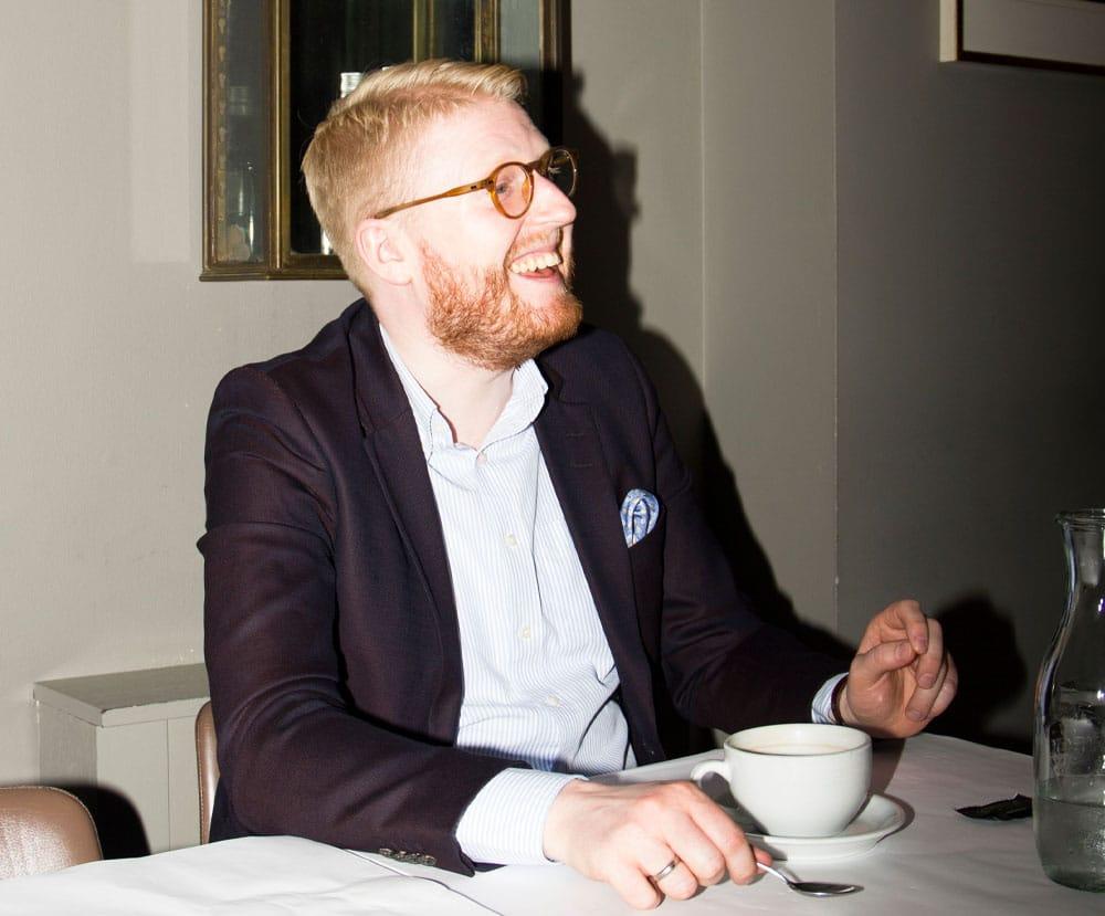 Stockholm der nyder en kop kaffe