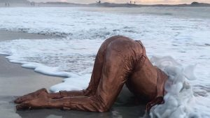 Varenka Paschke Kop in die sand Sculpture in sea