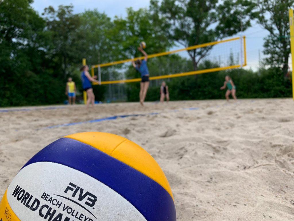 Beachvolleyball. Trainingsszene im Sand.