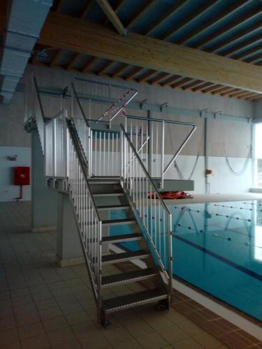 Trappen en leuningen voor zwembad.